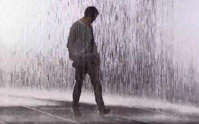 Het regent, en je schuilt door je schouders op te trekken